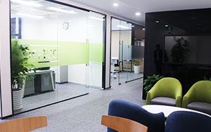 上海办公室空间装修过程中有哪些常见的搭配