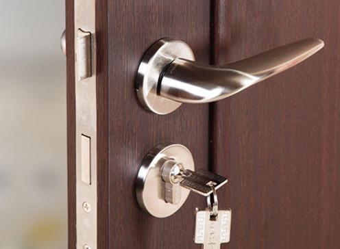 郑州修锁换锁公司指导:在哪些情况下需要及时更换防盗门锁?