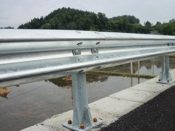 安装防撞护栏需要注意的哪些方面的事情